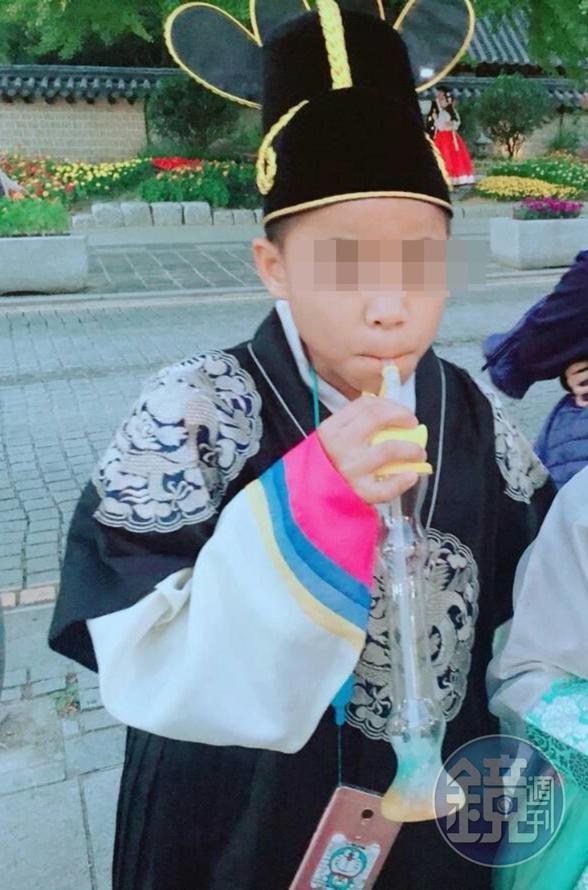 罹難者陳睿杰母親拿著兒子30多面獎牌難過地說:「我的小孩很可能是體壇台灣之光,如今希望都破滅了」。(家屬提供)