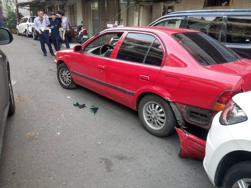 鄧嫌駕駛贓車衝撞警員,警方開三槍示警後迅速將他制伏。(警方提供)