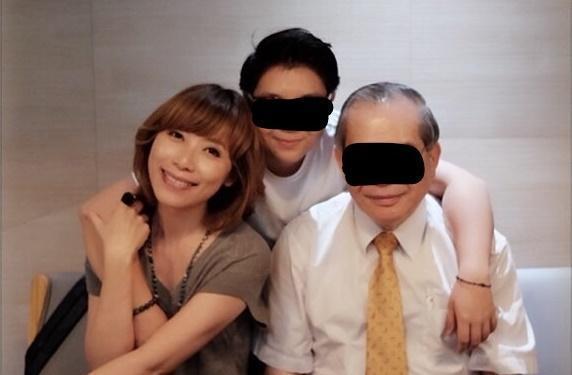 黃男父親名醫黃立雄(右一)和黃男胞妹(中),在事件爆發後都不見蹤影。(翻攝畫面)