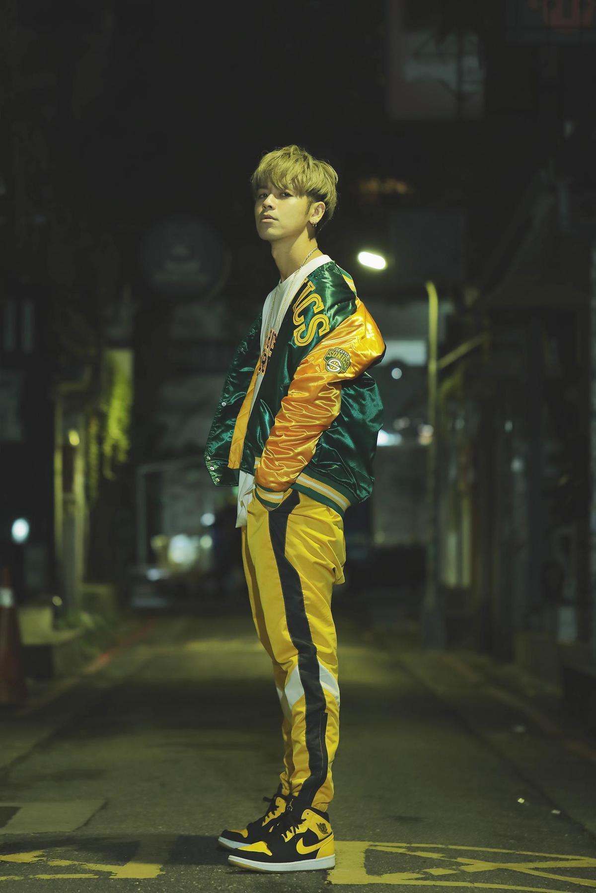 鼓鼓為了新歌〈乎乾〉拍MV,在他的地盤東區巷弄內上演醉吐戲碼。(相信音樂提供)