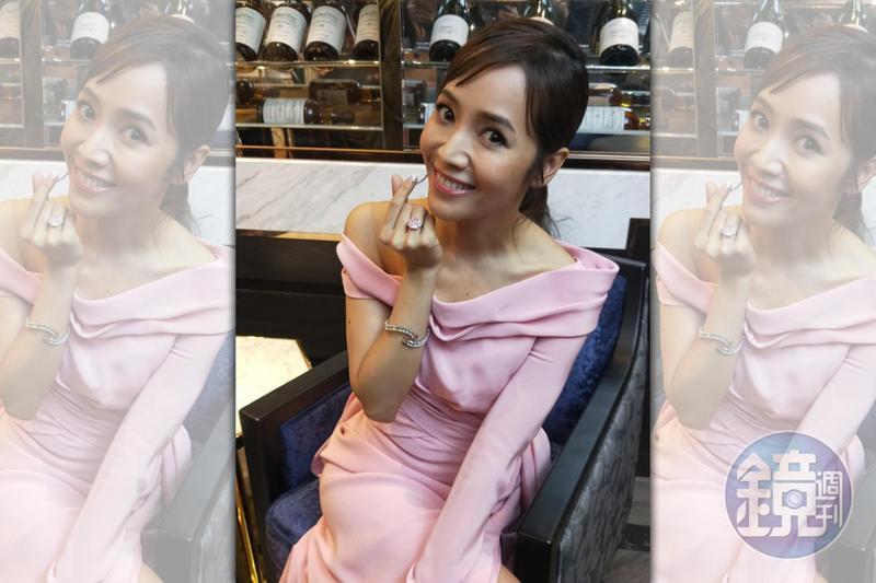 侯佩岑手戴市價5.5億的8.5克拉濃彩粉紅鑽石婚戒,出席ALUXE亞立詩婚戒展活動。