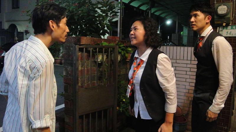 《8號公園》中,陳竹昇(左)飾演拋家棄子的負心漢,與王琄(中)有許多口角,也和飾演兒子的楊孟霖(右)有多次肢體衝突。(公視提供)