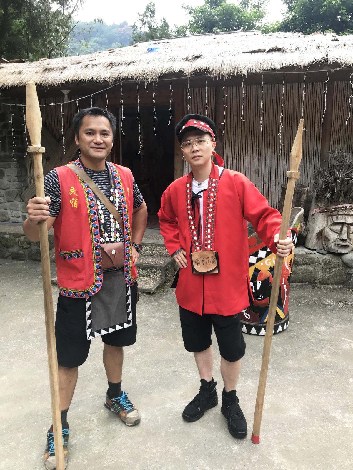 蕭秉治穿上鄒族傳統服飾當幫手,皮膚白皙超違和。(相信音樂提供)