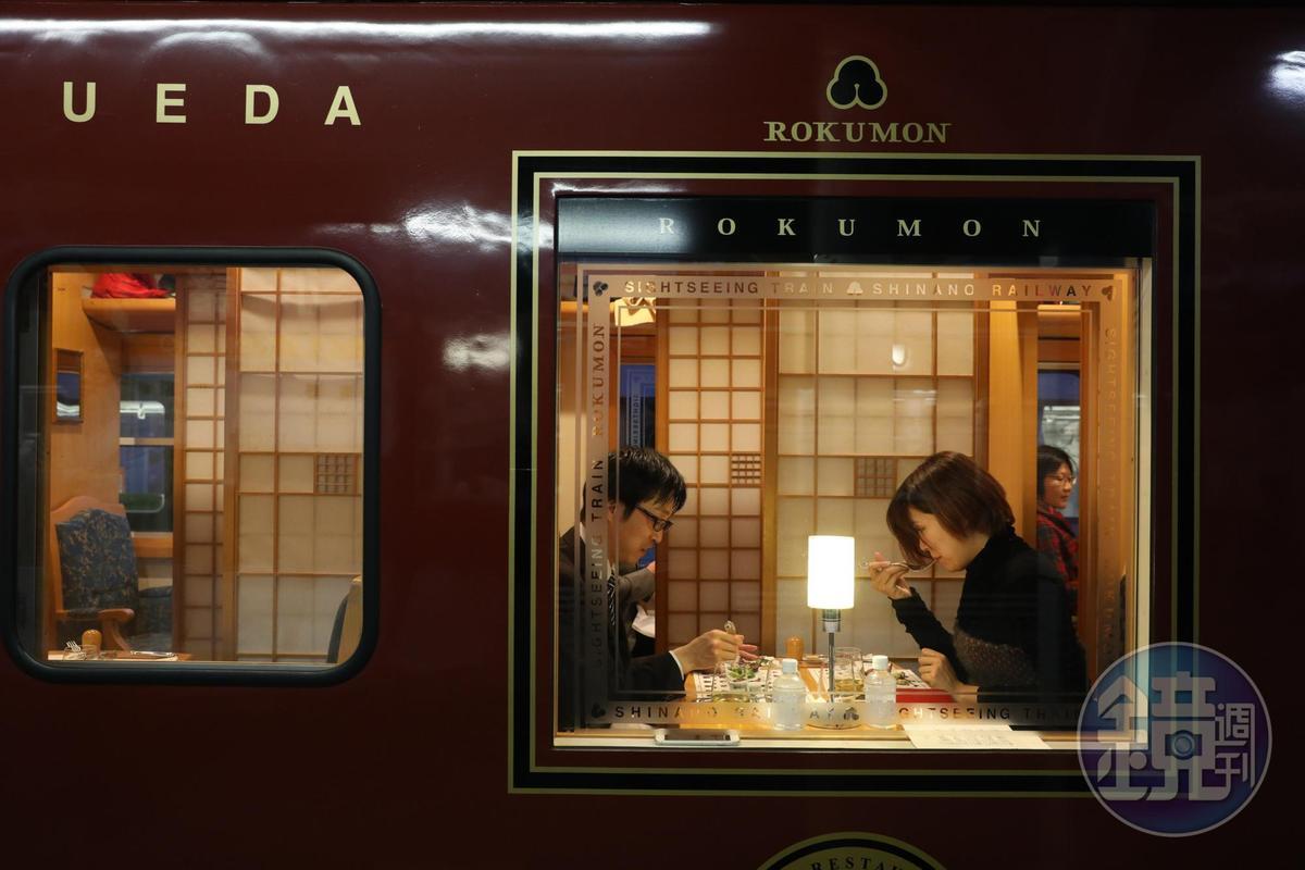 坐在暗紅色車廂內的包廂,很有拍電影的浪漫感。