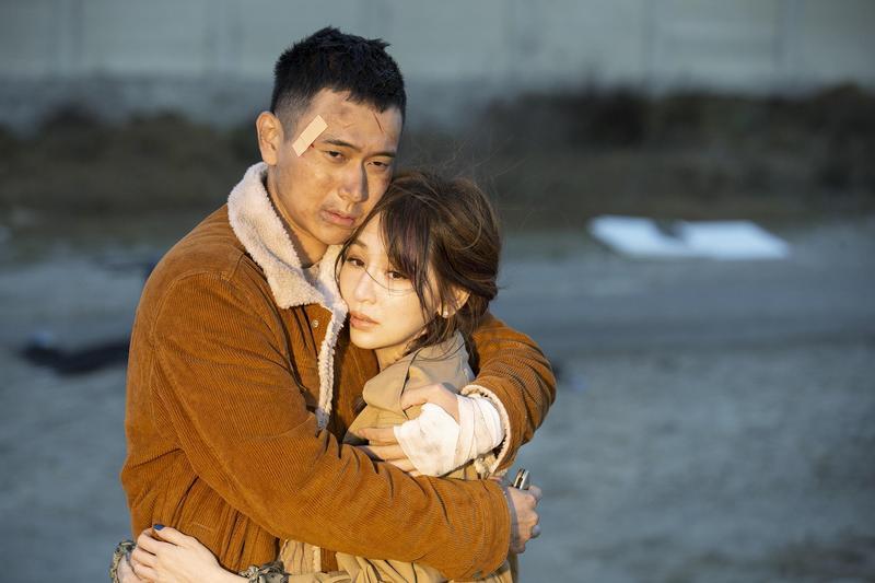 王心凌拍第二波主打歌〈大眠〉MV演技大爆發,跟劉冠廷扮演亡命鴛鴦。(環球提供)