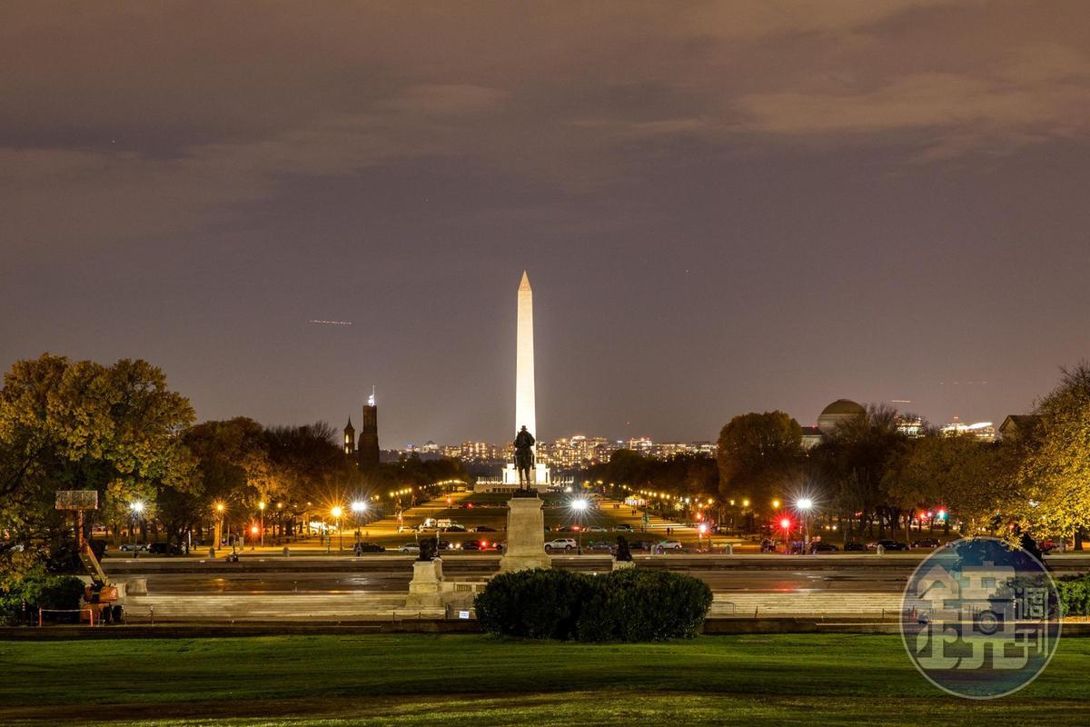 華盛頓紀念碑在點上燈後,像夜間燈塔,四周也都浪漫染色。