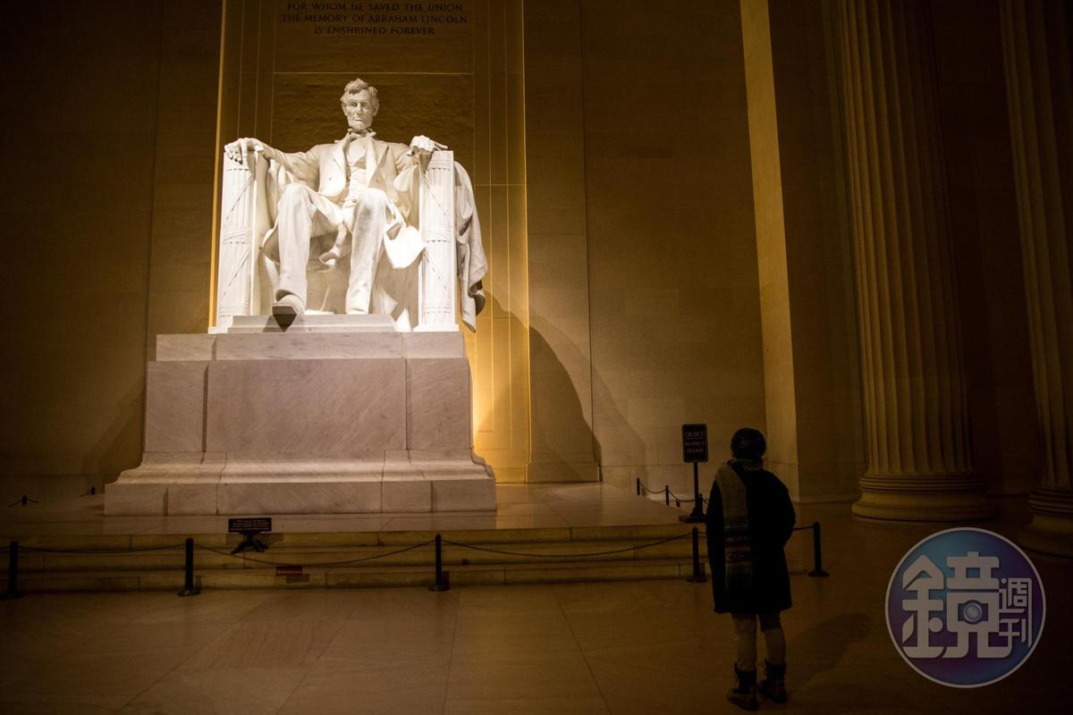 只有晚上,才能有與林肯雕像獨處的神祕時光。
