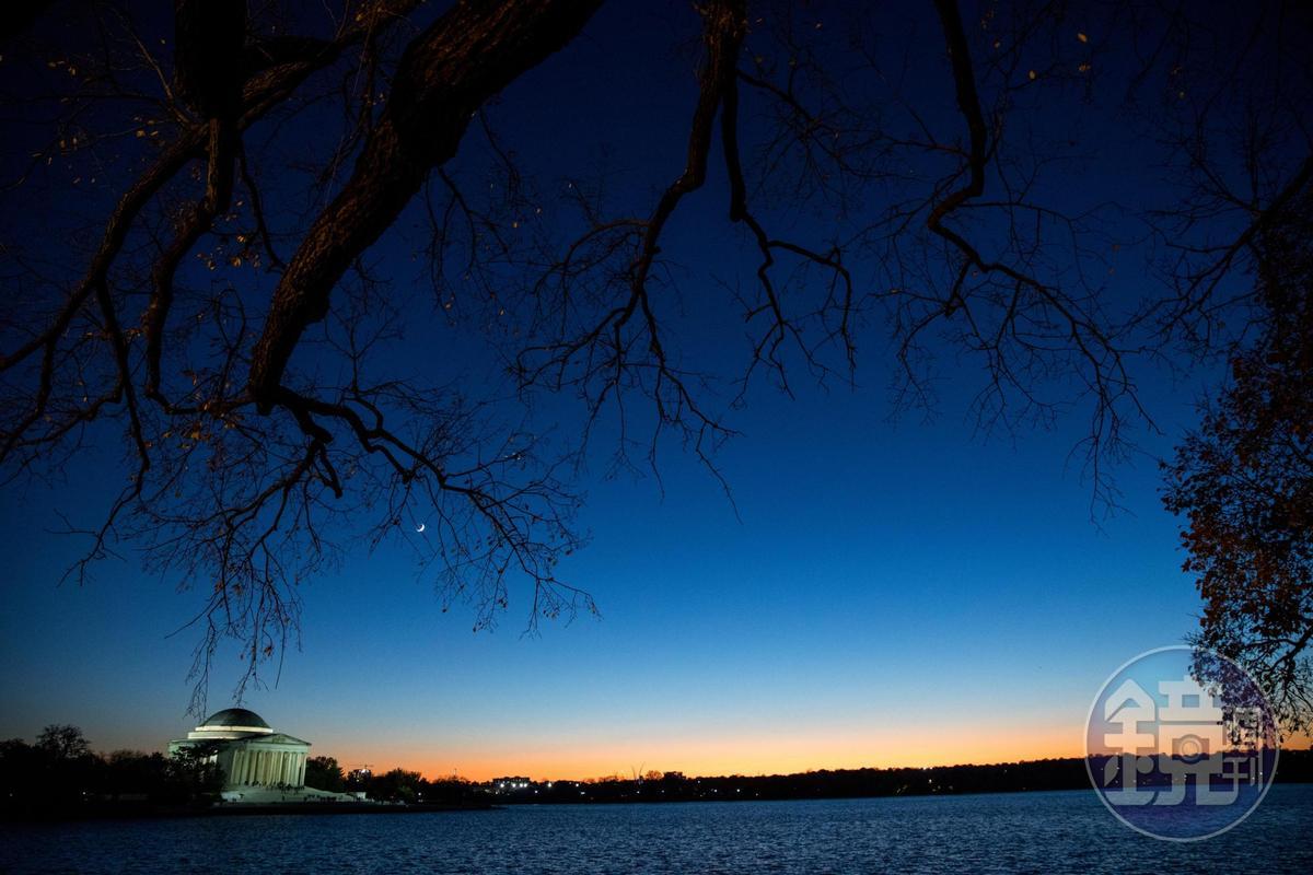 傍晚的傑佛遜紀念堂,展現奇特的魔幻時光魅力。