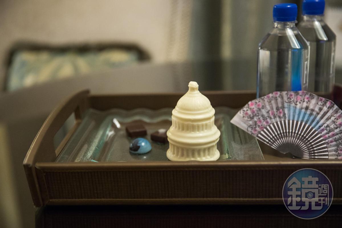房間桌上可以找到國會山莊造型的白巧克力,下面藏有馬卡龍。