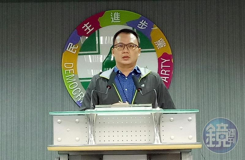 民進黨發言人林琮盛轉述中執會決議。
