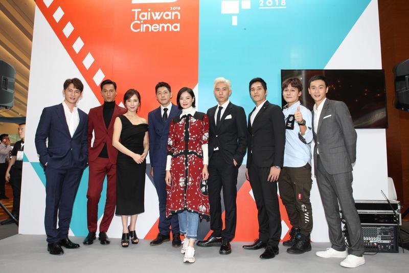 《你那邊怎樣/我這邊OK》演員與《最佳利益》演員、及行腳節目主持人廖科溢,在新加坡電視節台灣館相見歡。(拙八郎提供)