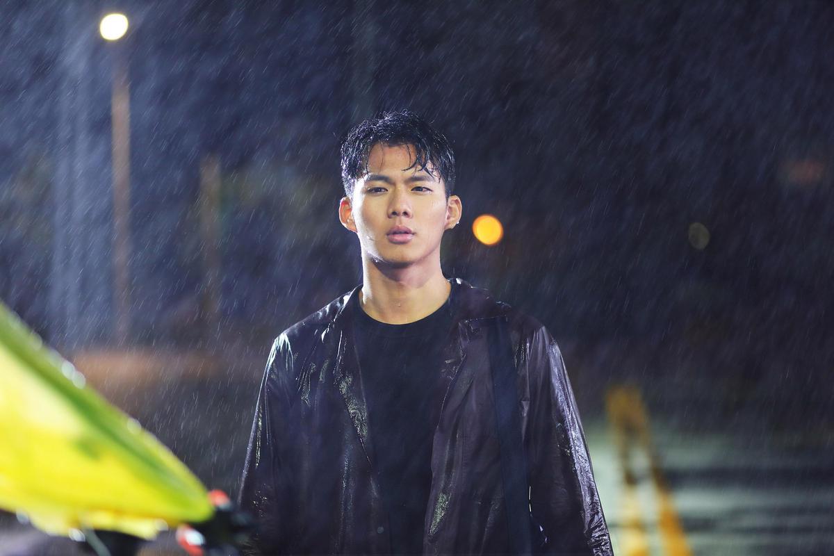 吳念軒在台北街頭淋了3小時雨,最後獲得嚴正嵐一頓答謝大餐犒賞。(海蝶音樂提供)
