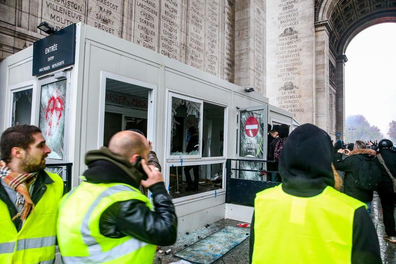 因燃油稅將漲,法國各地爆發黃背心運動示威,抗爭進入第三週,法國政府避免抗議情勢升高,決定暫緩燃油稅和電費漲價。(東方IC)