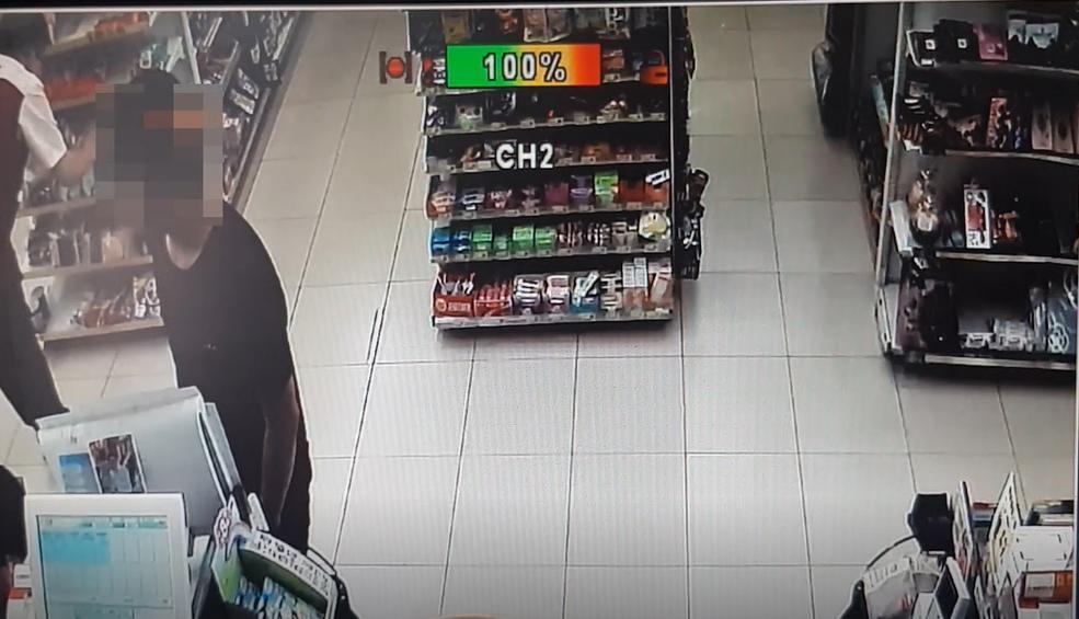 嫌犯在超商領取被害人包裹。(刑事局提供)