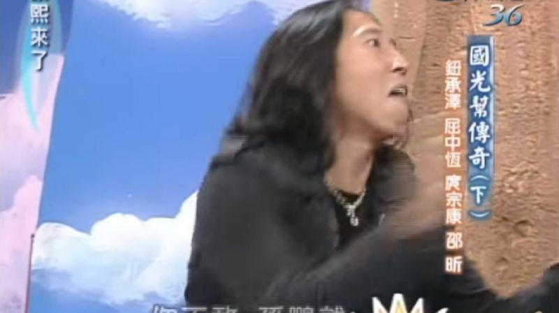 鈕承澤在康熙來了節目上示範如何說服學妹接吻。(翻攝自康熙來了youtube)
