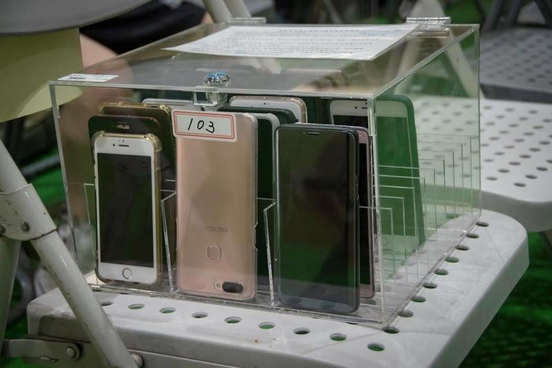 基隆高中為了不讓學生被手機綁架,全校學生上課時間手機放入特製的「手機保險箱」。(翻攝自國立基隆高中粉專)
