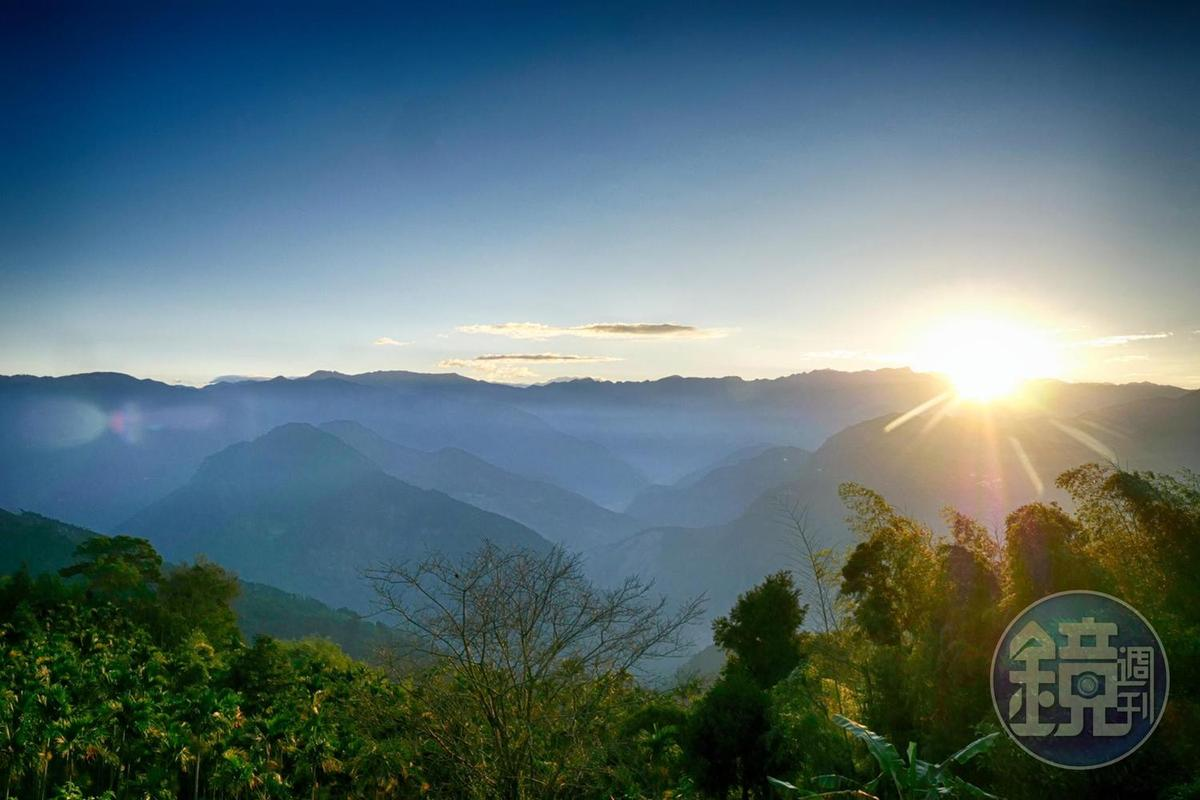龍眼林的日出美景,是看曙光鑽出中央山脈。