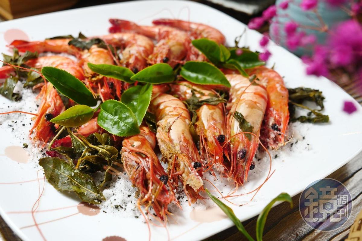 「青檸烏龍鹽烤蝦」將茶葉鹽烤,再與米酒一起熗出香氣。(5,000元桌菜菜色)