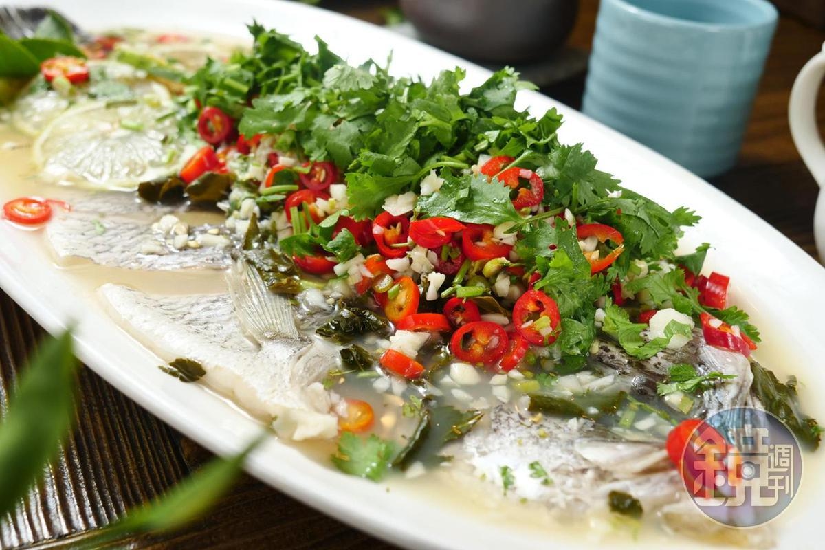 融入泰式做法的「茶香檸檬魚」,少了魚露鮮味,多了茶的清爽。(5,000元桌菜菜色)