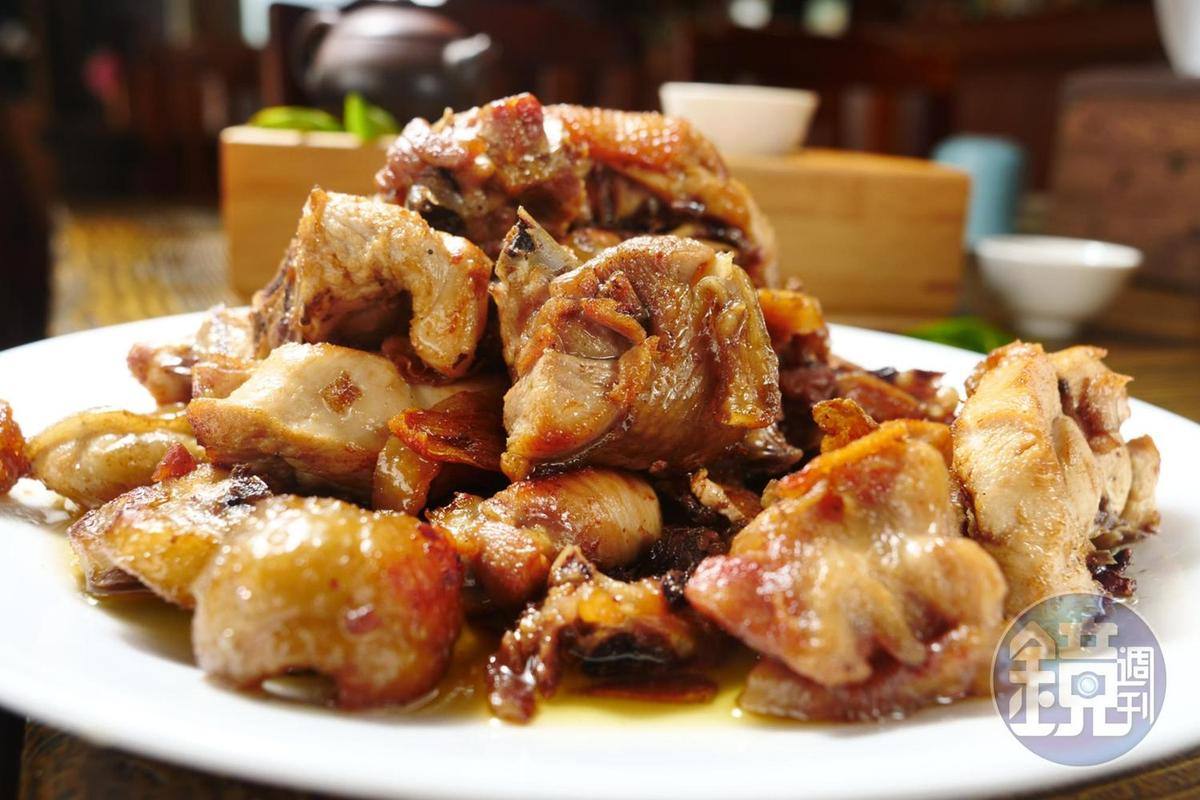 以苦茶油和蔥爆香來拌炒的「苦茶油雞」,是山上的家常菜。(5,000元桌菜菜色)