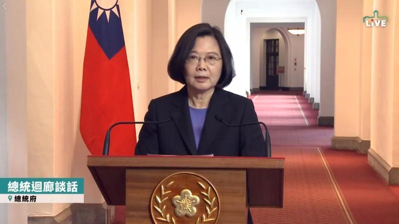 蔡英文總統今(6日)於總統府內舉行「迴廊談話」表示,近來逼宮說很流行,但台灣是民主政治,非威權政治,因此我們要對台灣民主有基本信任。(圖取自蔡英文臉書)