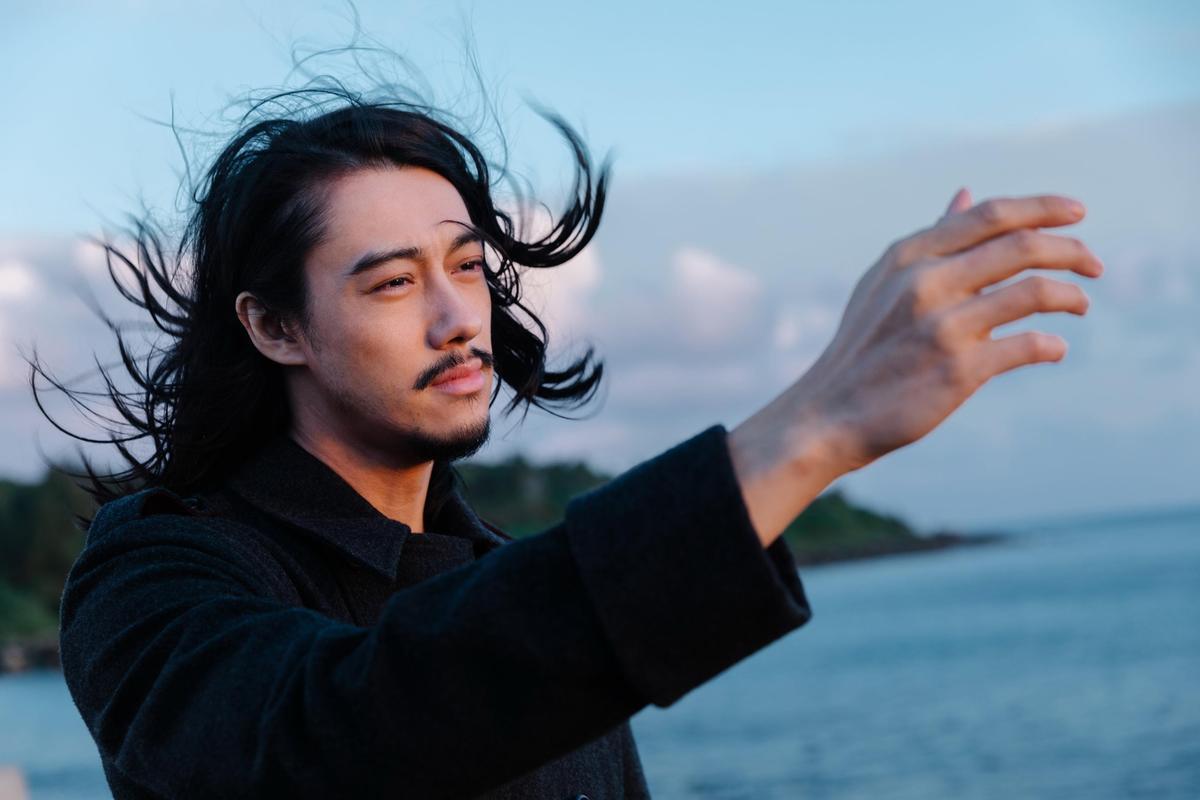 楊永聰的新歌〈温柔地、暴烈地〉到墾丁拍MV,面對大海讓他感傷流下男兒淚。(闊思音樂提供)