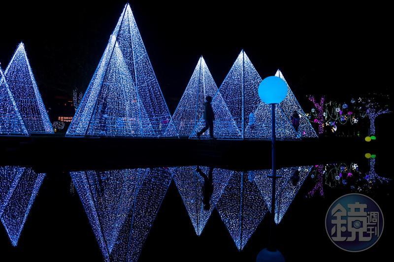 「2018宜蘭奇幻耶誕」銀白色燦爛的「光之樹林」倒映水池,交織出美麗幻境。