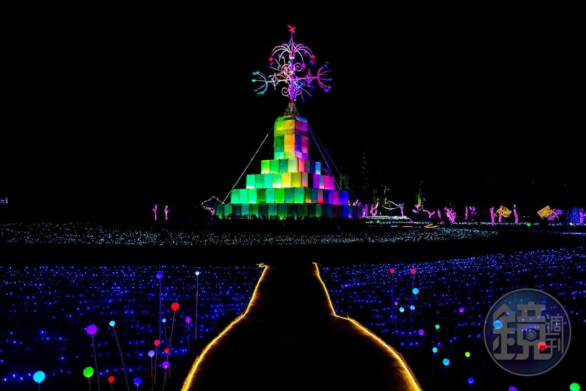 無數禮物盒堆疊的「奇幻耶誕樹」,頂端燈飾隨風力轉動。