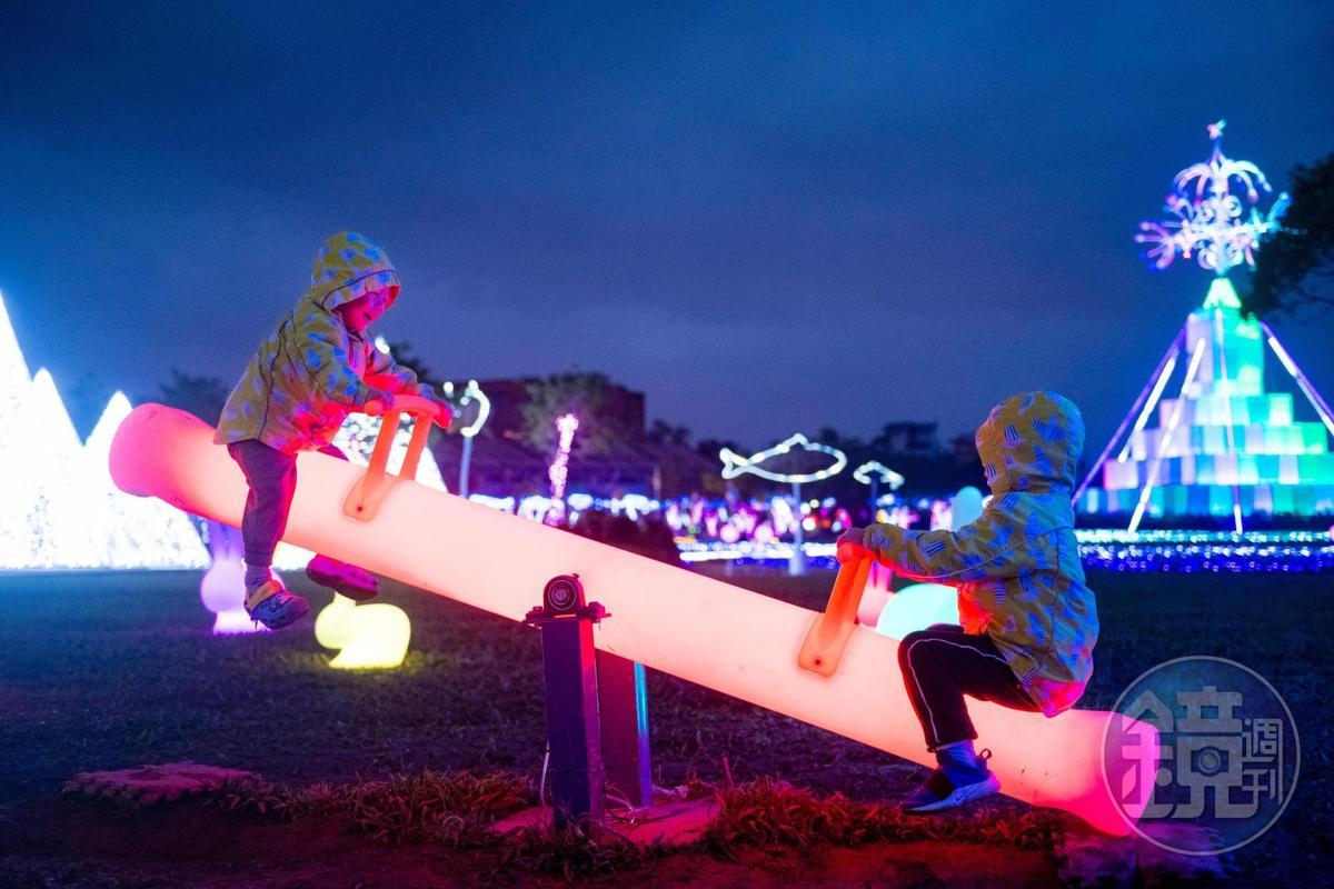 耶誕公園裡還有會發光的翹翹板。