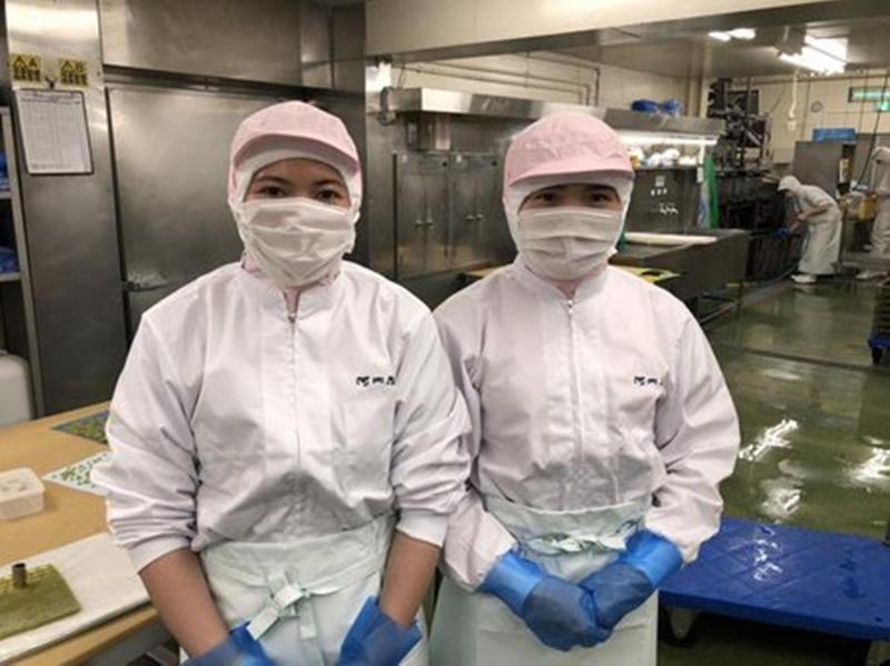 日本魚糕工廠的越南籍實習生。(翻攝自蒲鉾丹右衛門官方部落格)