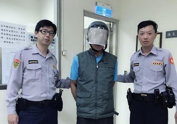 殺人逃亡20年的61歲男子(中),違規左轉,被草屯分局交通小隊警員攔下而露了餡。(警方提供)