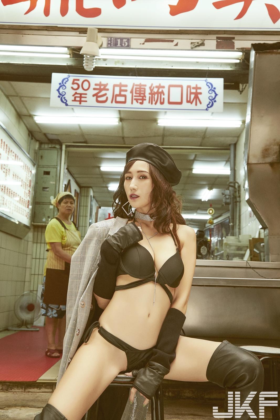 在台灣傳統小吃店前面擺出性感姿勢,JULIA表情滿分。(JFK提供)