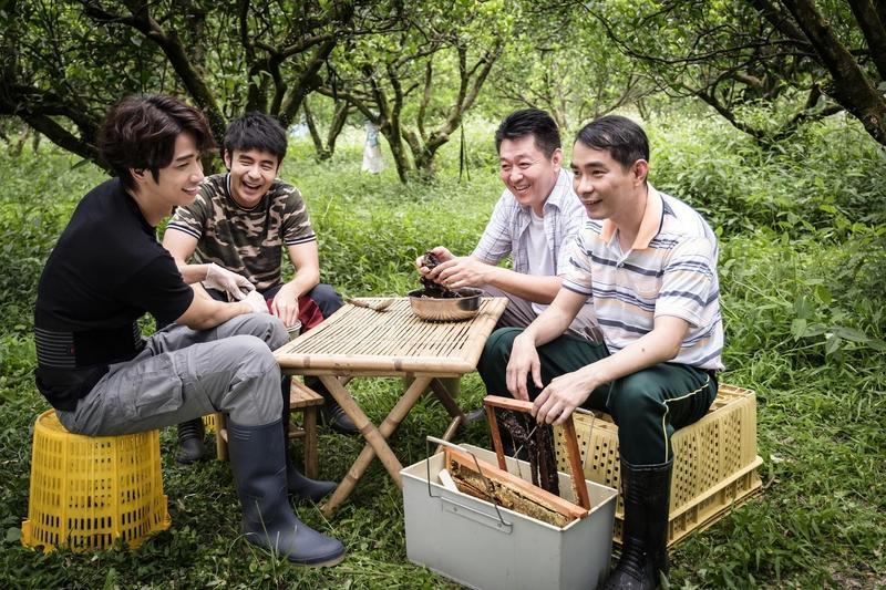 《種菜女神》有不少男演員聚在一起講垃圾話的畫面。(歐銻銻娛樂提供)