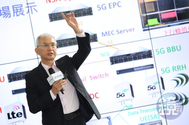 鴻海集團副總裁兼亞太電信董事長呂芳銘,今日在亞太電信內湖總部展示5G最新發展成果。