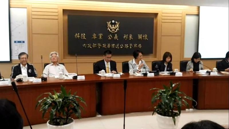 為考察危險津貼,人事長施能傑(左二)於下午上國道實地瞭解。(國道警察局提供)