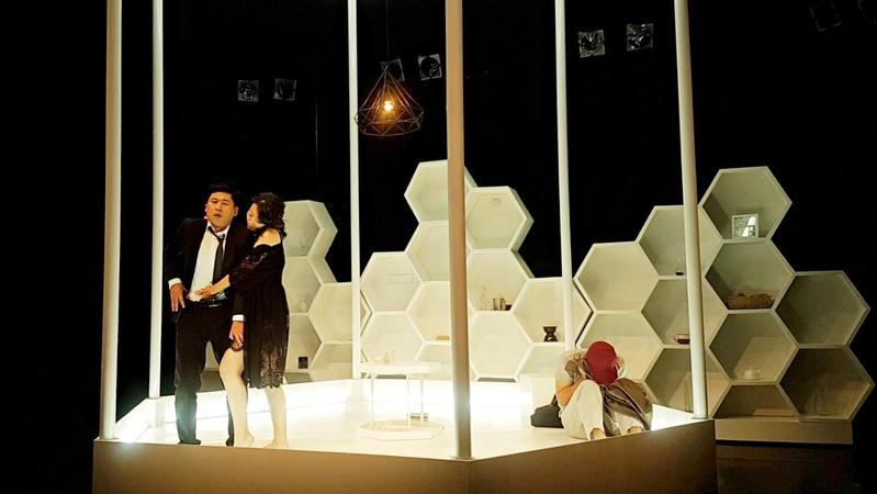 《THE BEE 狂蜂》全長75分鐘,全劇僅靠4位演員撐完全場。