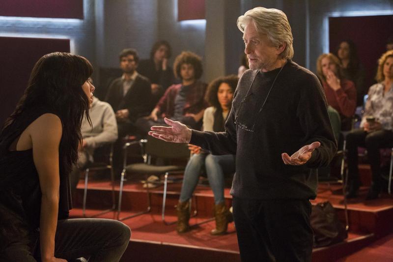 麥克道格拉斯在《好萊塢教父》(The Kominsky Method)演出時不我予、只好開設工作坊教導演技的過氣演員山迪,面對人生無常,還有攝護腺危機。(Netflix提供)