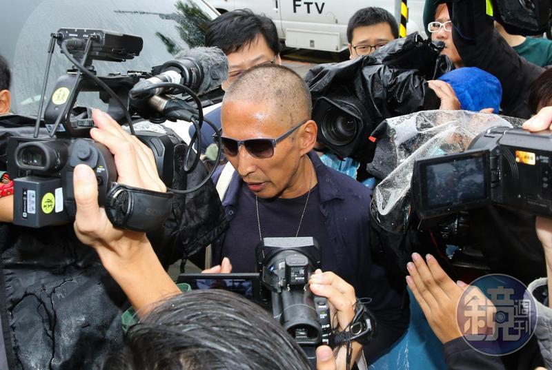 鈕承澤今(7日)早上赴大安分局接受偵訊,面對大批媒體不發一語。