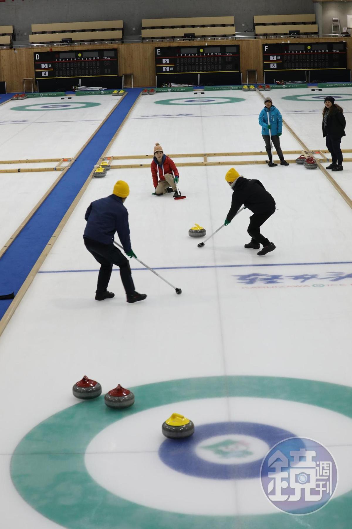 人多的話,還可以來一場冰壺競賽,把冰壺刷進靶心。