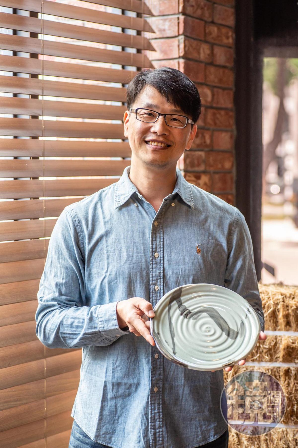 「千秋陶坊」陶藝家林永勝為餐會打造餐盤。