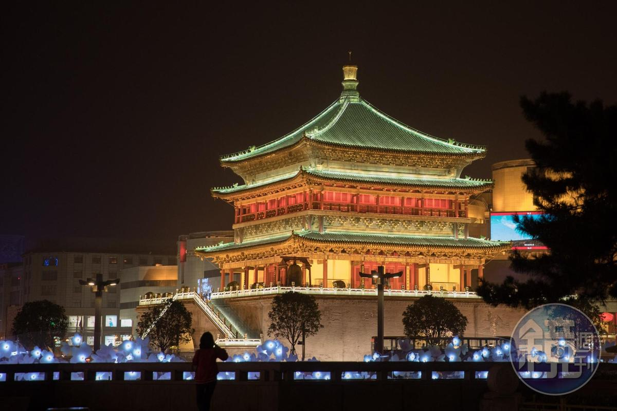 夜晚打上燈光的西安鐘樓份外美麗。