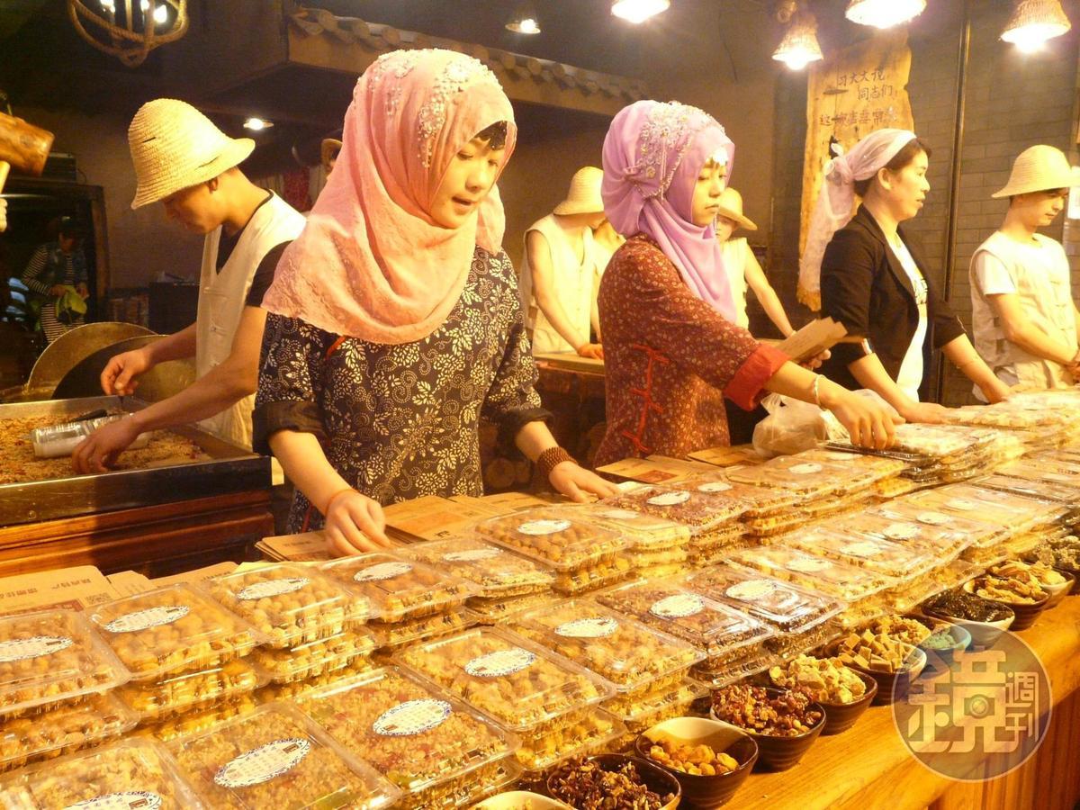「回民一條街」上的商家攤販可見不少回民裝扮。