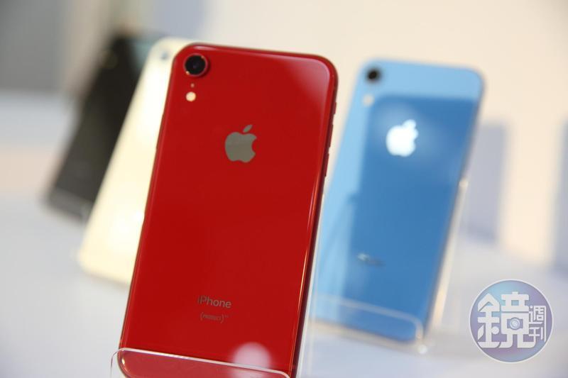 10月26日開賣的iPhone XR,價格比起XS系列親民,6種色系吸引許多年輕族群喜愛。