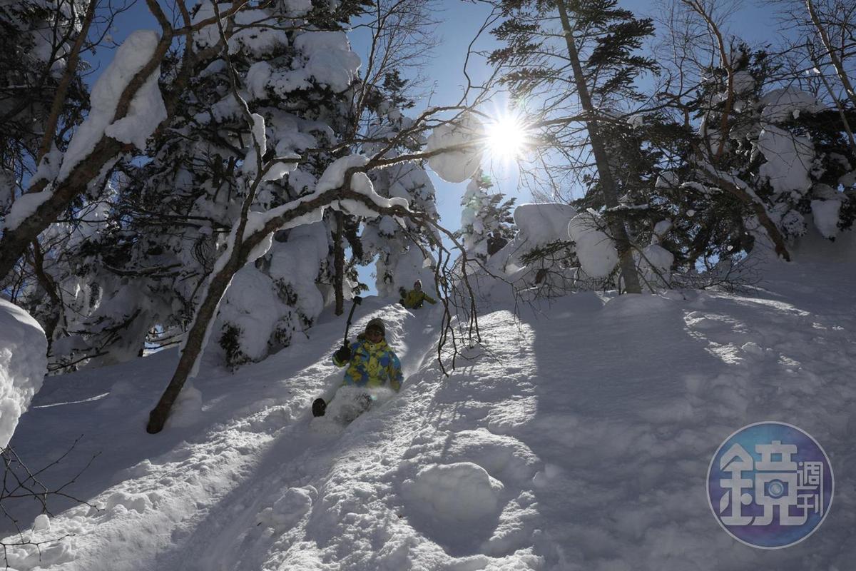 走到一半腳痠了,看見這渾然天成的雪上溜滑梯,當然要滑下來。