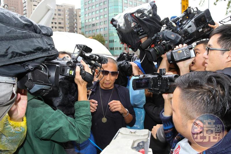 鈕承澤今早頂著大光頭前往大安分局接受警方訊問。