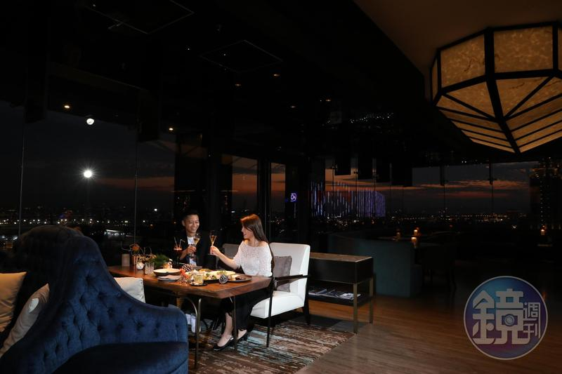「INGE'S Bar&Grill 」餐桌倚靠大幅落地窗,傍晚的霞紅黃昏到入夜的靛藍黑幕,都是伴餐美景。