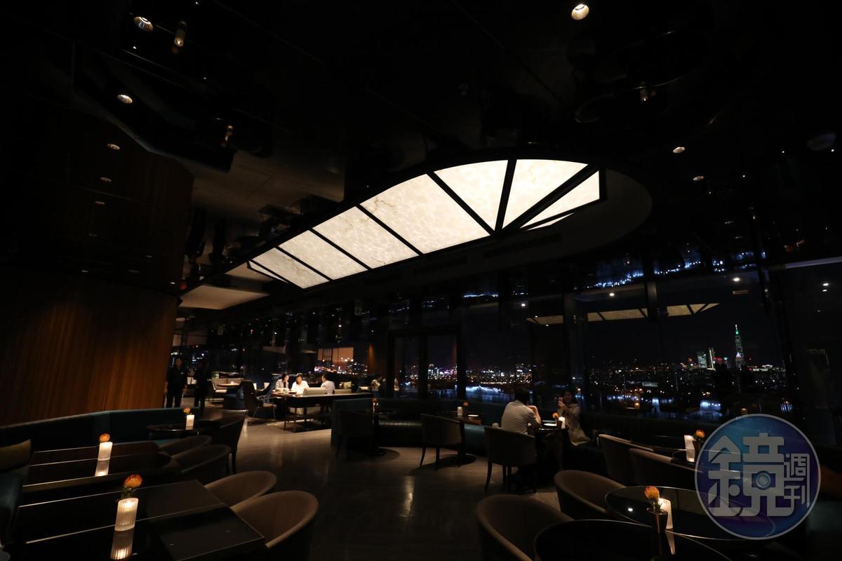 餐廳空間時髦,有大幅穿透維幕玻璃引入城市景觀。