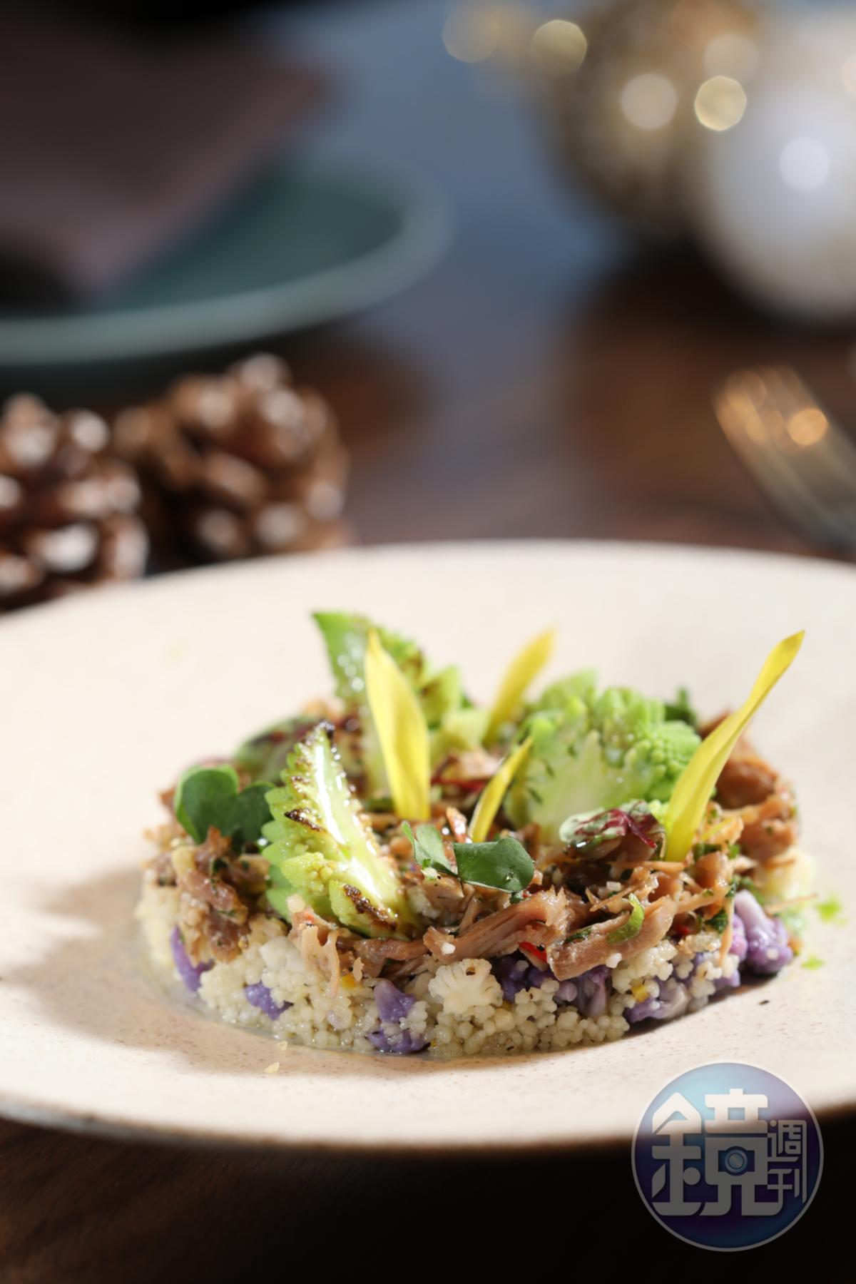 肉質軟嫩的「功夫火雞腿(油封火雞腿/ 花椰菜/ 油炸乾蔥)」,調味帶有亞洲風情。(9,999元耶誕雙人套餐菜色)