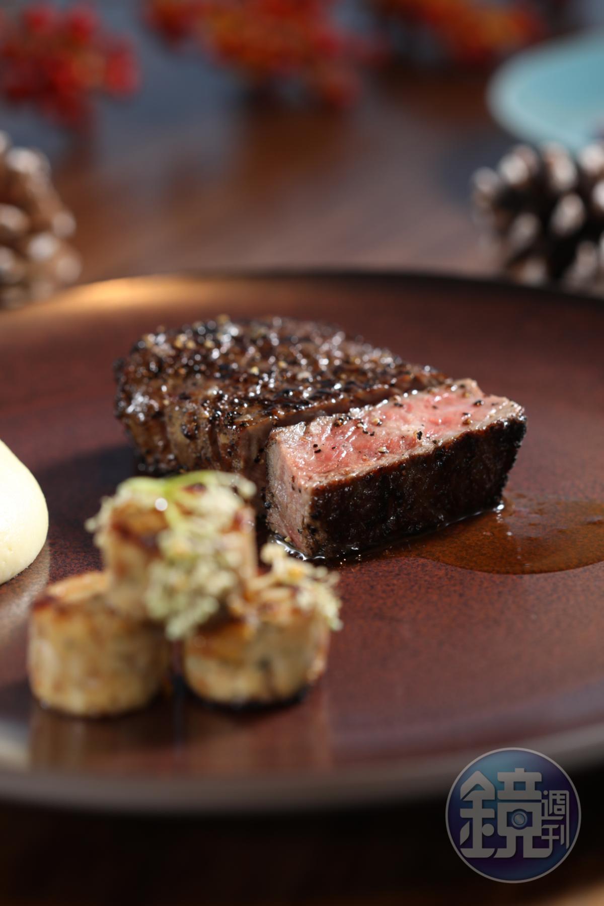 肉味鮮濃的「碳烤煙燻美國肋眼牛排」略帶嚼勁。(9,999元耶誕雙人套餐菜色)