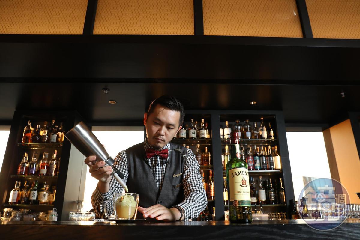「台北萬豪酒店 INGE'S Bar & Grill」首席調酒師郭殷杰Jay,擅長為餐點搭配合宜的調酒。